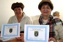 Při poslední besedě roku 2010 dostali pravidelní účastníci od Městské policie Kladno čestné uznání. Na další se mohou senioři těšit již v lednu.