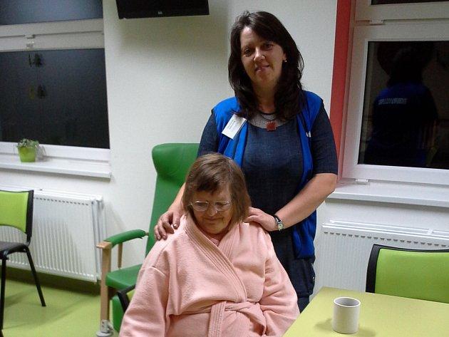 IRENA JIROVSKÁ (stojící) navštěvuje ve svém volném čase pacienty, aby jim zpříjemnila pobyt v kladenské nemocnici.