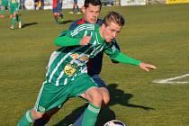 Hostouň (v zeleném) porazila doma Souš 2:1 na penalty. Uniká Jakub Hanuščík