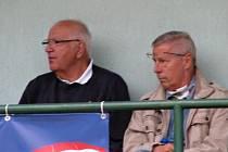 Luděk Macela (vpravo) na stadionku ve Lhotě s redaktorem České televize Otakarem Černým.
