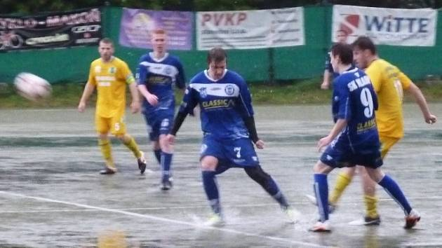 V Sokolově je umělka, přesto se i tam hrálo v obrovských loužích. Starší dorost SK Kladno vodní bitvu proti domácím zvládl a vyhrál 3:1.