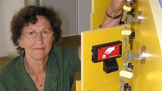 Skříňky na koupališti u Sletiště mají podle šatnářky Zdeňky Rajdlové fungovat ode dneška.