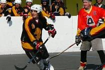 Odvety hokejbalistům Třebíze vyšly a rezervu Jungle Fever jasně porazili. Přispěl k tomu i skvěle hrající kapitán Jiří Novák (vpravo), proti němu tady brání Stanislav Satýnek.