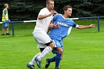 Velká Dobrá - Braškov 2:2. Domácí Machek (v bílém) dal gól, hostující Přichystal zaskakující na stoperu jeden zavinil. Přesto byl na konci spokojenější.