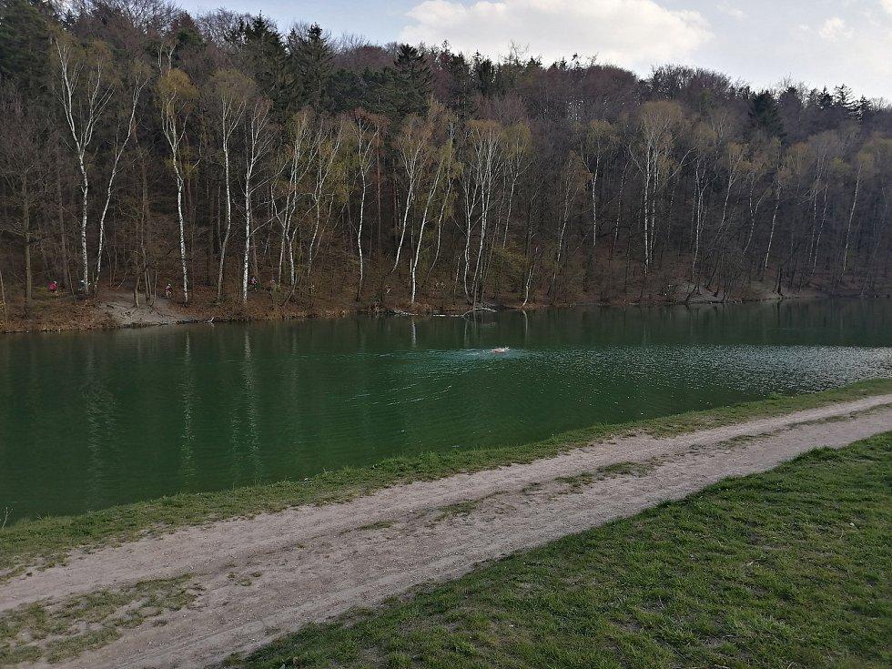 Libušínské jezírko přilákalo otužilé plavce.