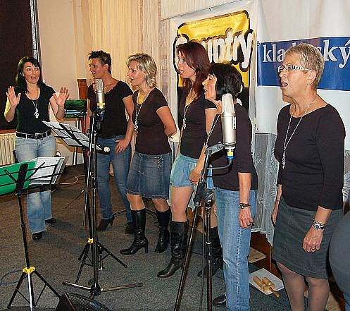 Vystoupení vokální skupiny Song Ladies byla třešnička na narozeninovém dortu kapely Buštěhradská dráha.