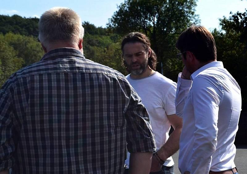 Hvězdný Jaromír Jágr při natáčení videoklipu Džegr v rodných Hnidousích.