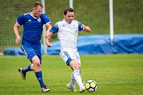 Fotbalová příprava: Kladno (v bílém) nečekaně vyhrálo na hřišti SK Slaný vysoko 7:1. Nádeníček (vlevo) atakuje Holuba