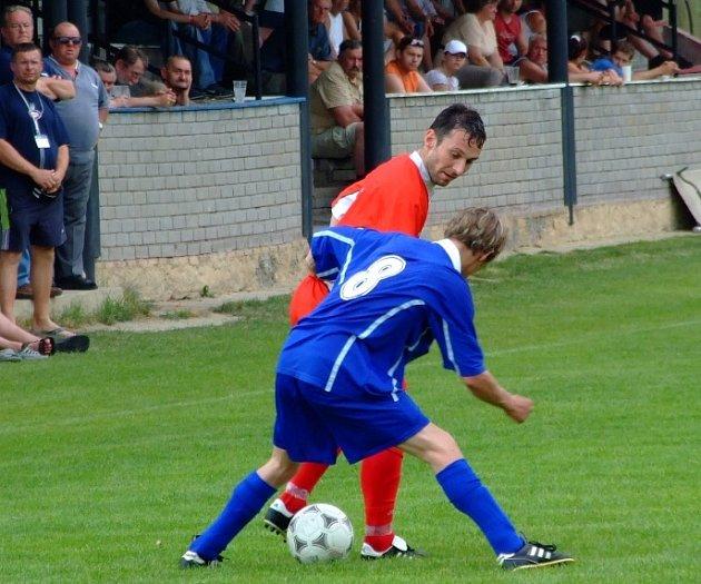 Braškovský Jaroslav Duda (v červeném) bojuje s domácím Bauerem.