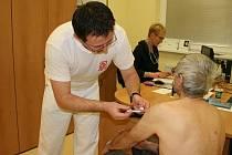 Kromě praktických lékařů už od 1. prosince očkují také v centrech středočeské záchranné služby.
