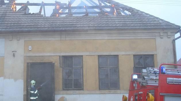 Požár rodinného domu v Kobylníkách byl  založen úmyslně. Vyčíslená škoda je nejméně půl milionu korun.