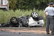 Tragická nehoda u Slaného. Při střetu s kamionem řidič BMW zahynul v hořícím autě.