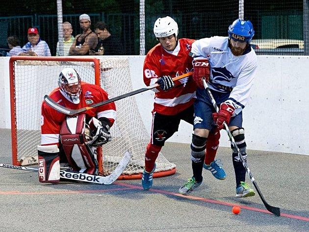 Alpiq (v bílém) na úvod sezony porazil ve skvělém derby nováčka z Rakovníka 4:0. Tady posila Kladna Barnošák v souboji s Pospíšilem