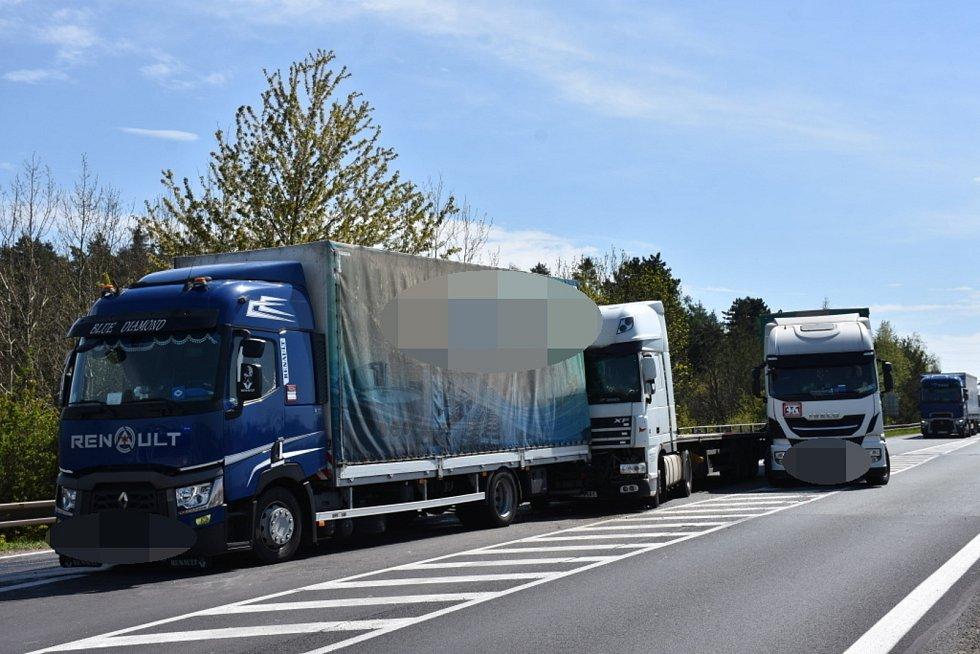 """Dopravní situaci na rychlostní silnici u sjezdu """"Na Čubě"""" nedaleko Slaného zkomplikovala nehoda tří kamionů."""
