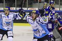 Nahrávač Jiří Kuchler a střelec Antonín Melka slaví branku na 3:1 // HC Vagnerplast Kladno - HC Kometa Brno 4:1, O2  ELH 2010/11, hráno 17.10.2010