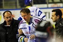 Otřesený Pavel Patera je po tvrdém zákroku Richarda Stehlíka odváděn masérem Malým a lékařem týmu Homérem // HC Vagnerplast Kladno - HC Kometa Brno 4:1, O2  ELH 2010/11, hráno 17.10.2010