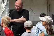 Strážník - psovod Karel Bureš při akci s dětmi