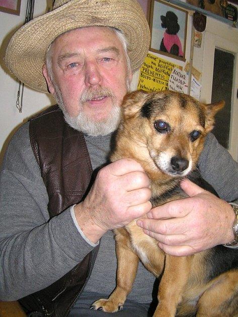 Celoživotní láskou Viktora Suchela jsou také psi. O milované Špince se zmiňuje i ve své povídce.