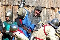 Devadesáti mužům v téměř hodinovém urputném boji podle scénáře Petra Straky velel Pavel Hora z kralupské skupiny šermířů Fortuna.