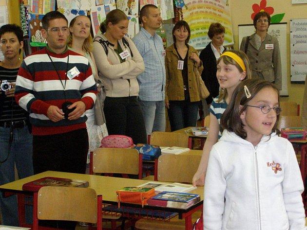 Při prohlídce budovy  školy ve Vodárenské ulici v Kladně  zavítali zahraniční učitelé i do třídy prvního stupně, kde se právě vyučoval český jazyk.