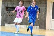 Malibu Mladá Boleslav (v růžovém) porazilo doma v poháru SK Kladno 5:3. Vpravo hostující Pavel Caisl.