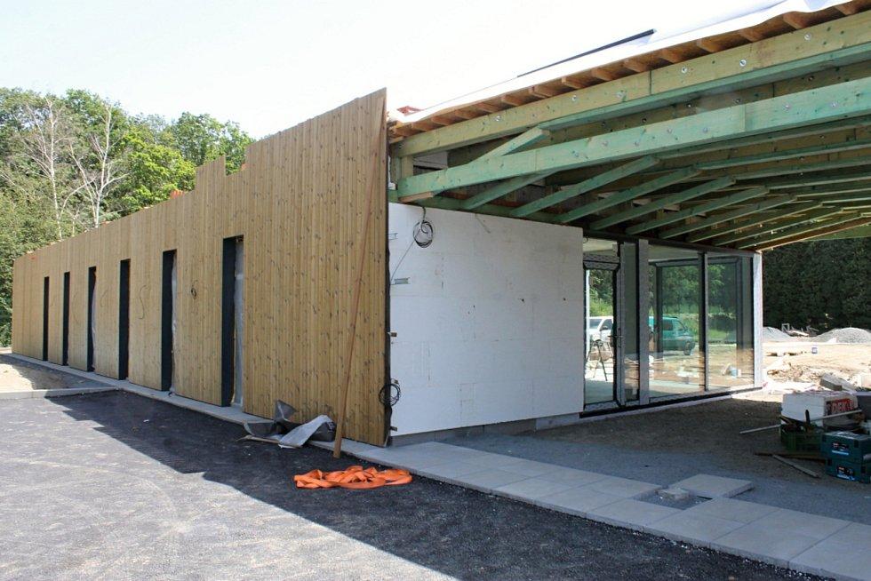 Dostavba tenisové haly ve sportovním areálu v kladenských Kročehlavech.
