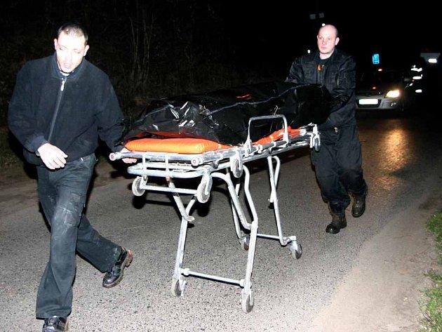Mrtvoly mladé ženy a jejího přítele objevila jeho známá před půl druhou ráno v garáži v Dlouhé ulici v Kladně.