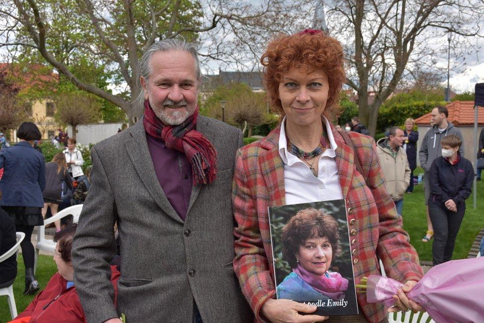 Kateřina Milerová s knihou .