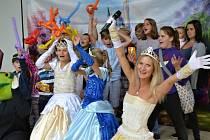 Páteční odpoledne patřilo v  areálu tuchlovického letňáku především dětem. Byly zde připraveny pro děti soutěže, focení s pohádkovými postavami i skákací hrad.