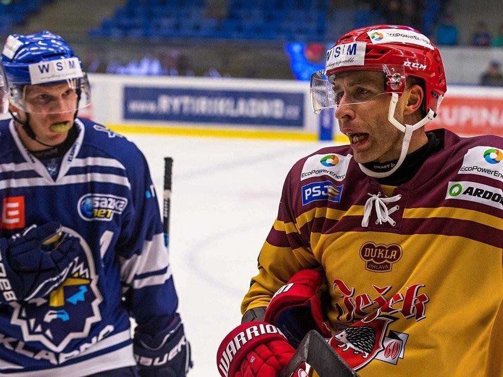 Tahák WSM ligy: Kladno - Jihlava 2:1, Tomáš Čachotský (vpravo) zlobil domácí skvělou hrou, ale také je na konci naštval několika fauly.