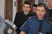 Jaroslav Lukáč ze Stochova na Kladensku eskortovaný ke krajskému soudu.