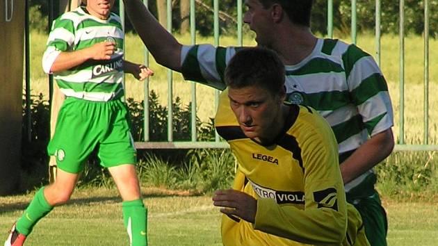 Miroslav Chadima (vzadu) dal hezký druhý gól Lhoty