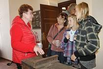 Eva Ničová (vlevo) s návštěvníky výstavy