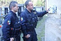 PŘI KONTROLÁCH umisťovali policisté informativní letáky