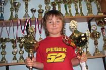 Závodník Michal Hamouz - 9 let s poháry a medailemi a tatínkova sbírka modelů motorek.