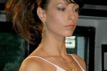 První přehlídka autorských šperků Kateřiny Kolingerové z Kladna se odehrála v sobotu večer v Kladenském divadélku.