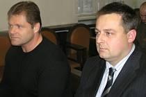 Milan Volf (vpravo) a Václav Přibyl opět okusí tvrdost lavice obžalovaných u Okresního soudu v Kladně.