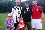 Po utkání okresního přeboru Kladenska Libušín B – Buštěhrad se sešli oba bratři Výborní i s tátou. Zleva Marcel s dětmi, táta Luděk a Kamil.