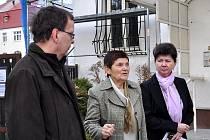 Ředitelka knihovny Jiřina Kádnerová (uprostřed) provedla náměstka středočeského hejtmana Marcela Hraběte po stavbě.