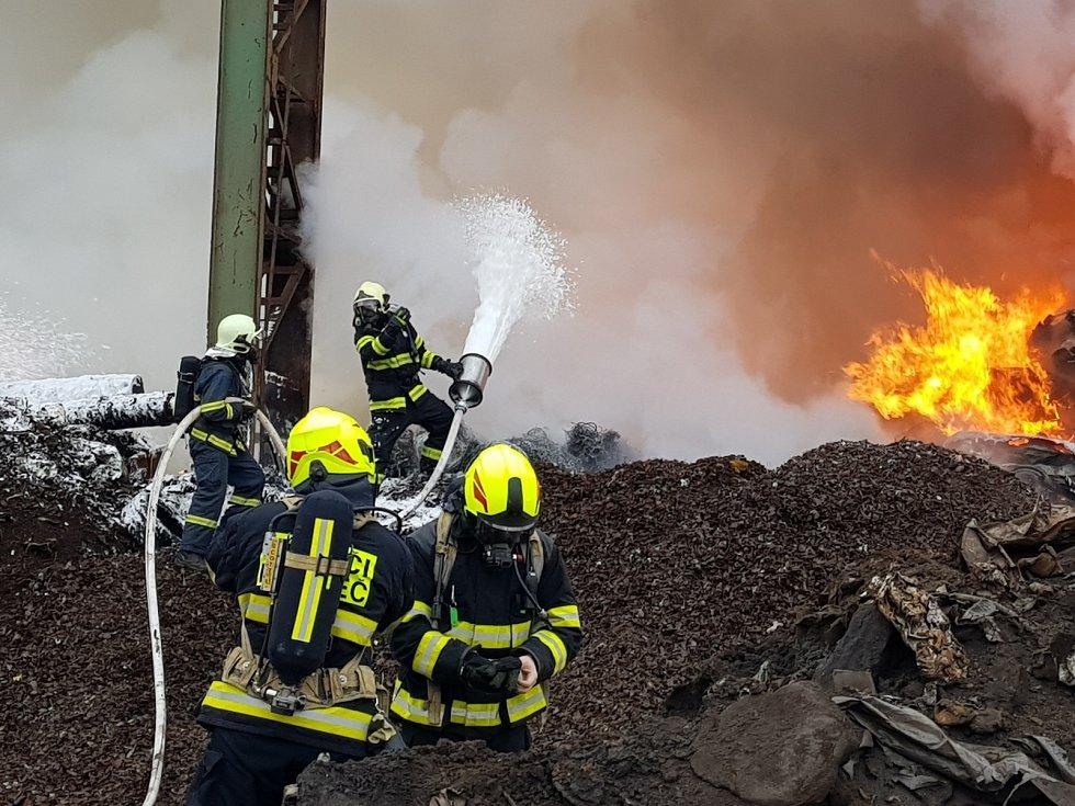 V Kladně hořely desítky autovraků.