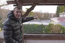 Místopředseda zapsaného spolku Klidná Skalka, Miroslav Král, ukazuje do míst, kde má stát obchodní centrum