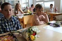 Předávání vysvědčení na základní škole ve Slaném.