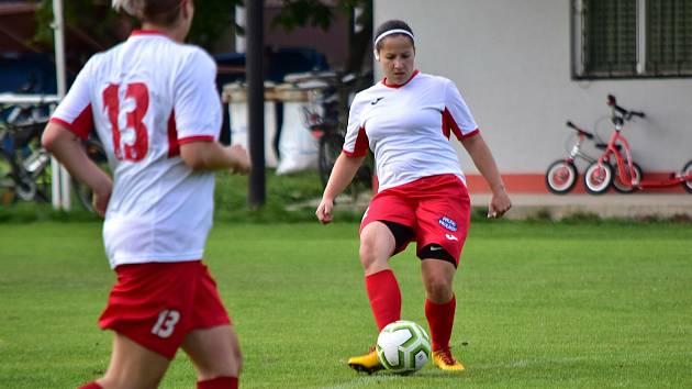 Fotbalistky Pavlíkova (v bílém) nastřílely Brňanům pět branek.
