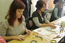 Na výrobě náramků, přívěšků a naušnic z barevných drátků se podílely nejen romské dívky, ale i jejich spolužačky.