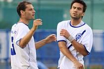 Pavel Bartoš (vlevo) gratuluje střelci branky Františku Mašanskému. //  SK Kladno - FC Zenit Čáslav 3:0 (1:0) , 2. kolo 2. liga fotbalu, hráno 8.8.2010