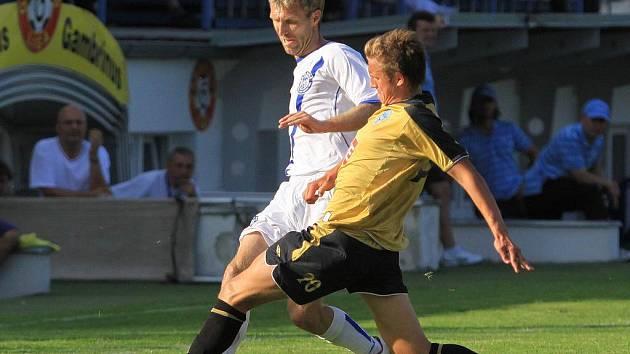 Martin Hyský bojuje v kladenském dresu s tehdy ještě čáslavským, dnes plzeňským Janem Kopicem. SK Kladno - Čáslav 3:0, 2. kolo 2. ligy, 8.8.2010