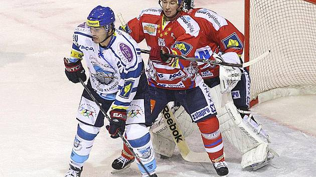 HC Kladno - HC Pardubice , František Kaberle kryje Saschu Treilleho