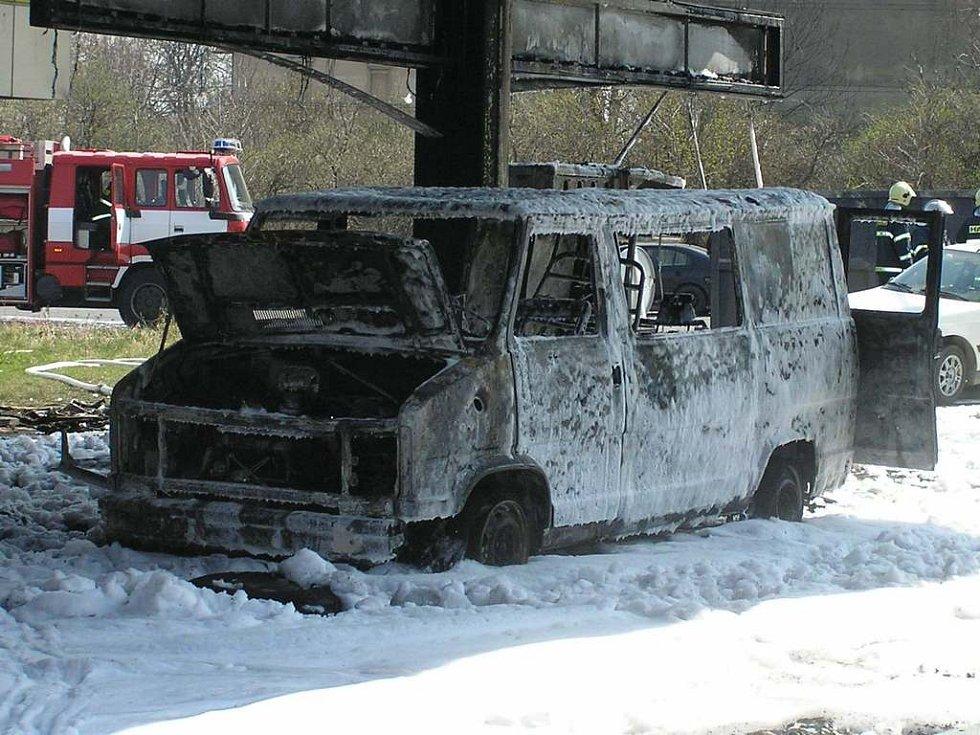Požár totálně zničil i dodávku nájemce stanice.