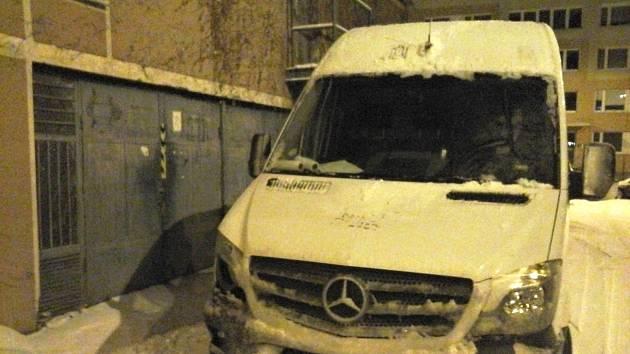 Bezohledný řidič zablokoval výjezd z garáží, lidé nemohli do práce.