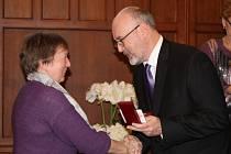 Dárci převzali ocenění a dárky z rukou Stanislavy Klicmanové-Maříkové z ČČK Kladno, radního Petra Soudka a zástupkyň jednotlivých pojišťoven.